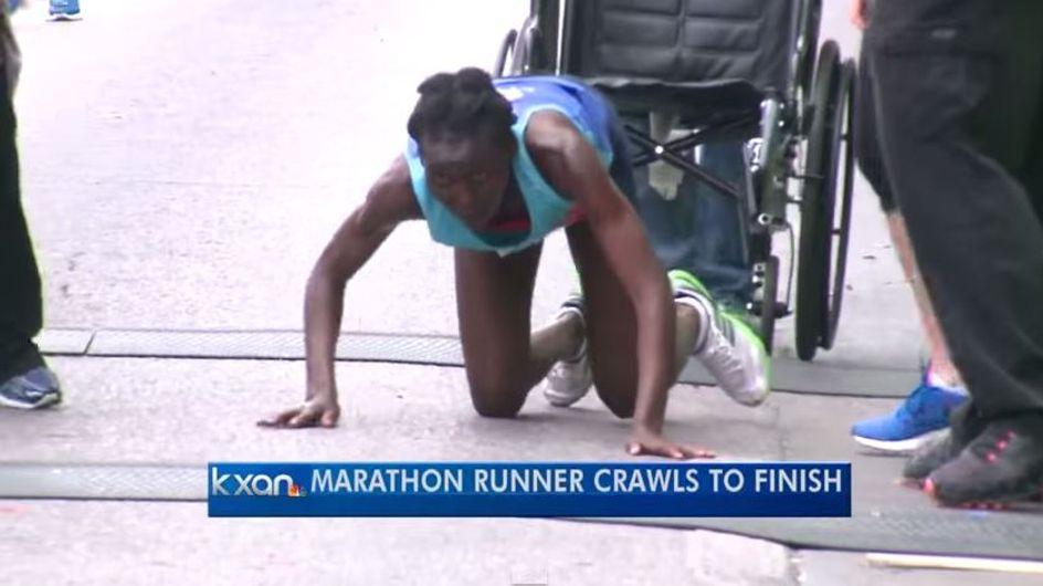 Eine Marathon-Läuferin bricht auf den letzten Metern zusammen - und kommt trotzdem durchs Ziel