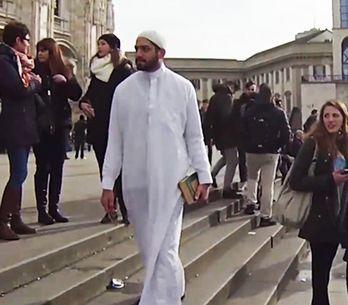 Video/ Questo ragazzo cammina per Milano per 5 ore, in abiti tradizionali musulm
