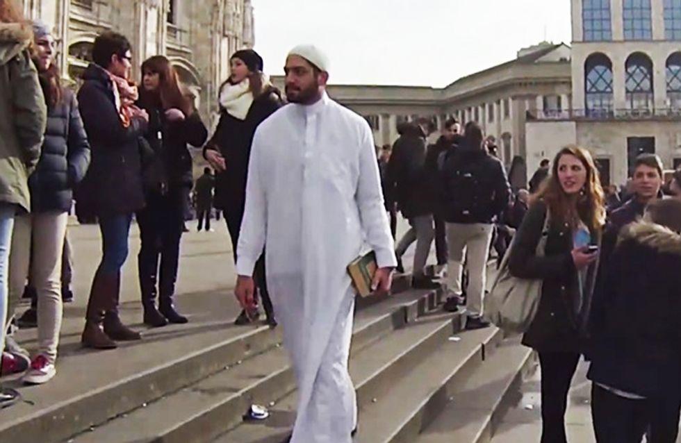 Video/ Questo ragazzo cammina per Milano per 5 ore, in abiti tradizionali musulmani. Le reazioni della gente ti faranno vergognare