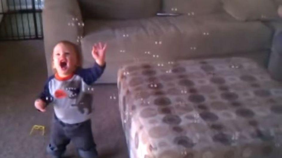 Seine erste Begegnung mit Seifenblasen - und er flippt völlig aus!