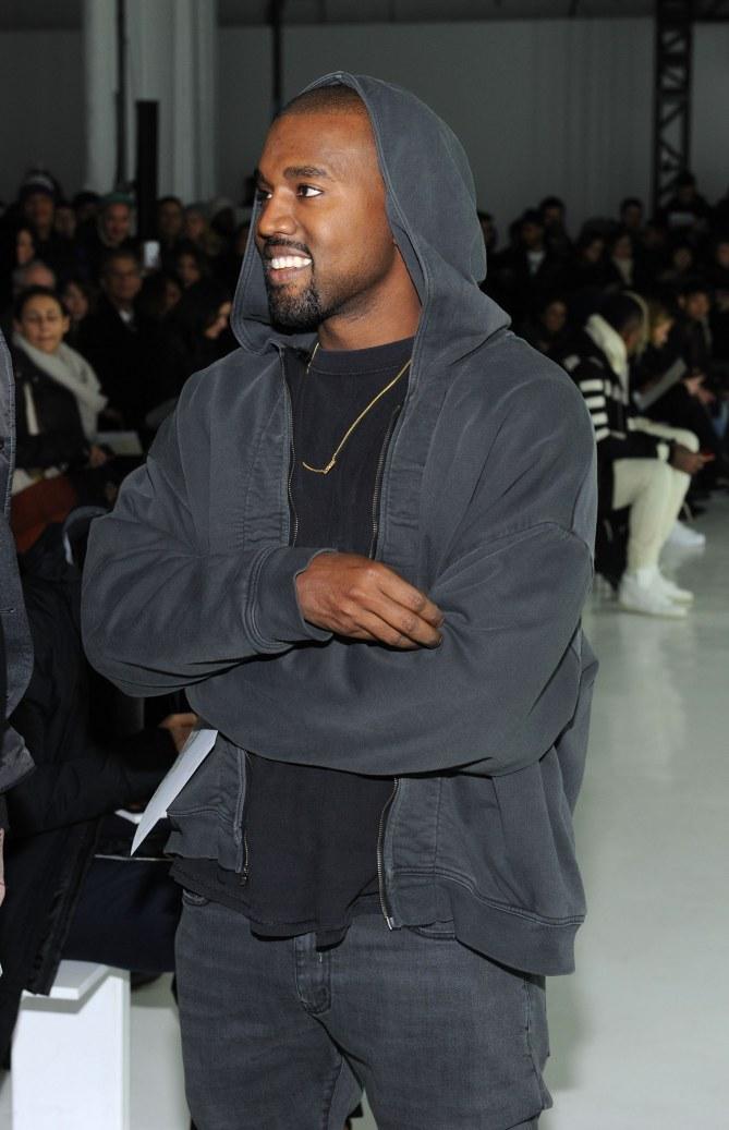 Kanye West souriant.