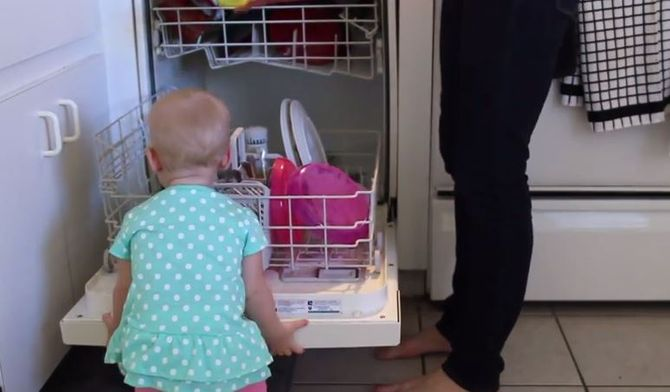 Faire le ménage avec bébé à côté ? Impossible