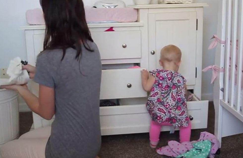 Faire le ménage avec un bébé à côté, c'est compliqué (Vidéo)