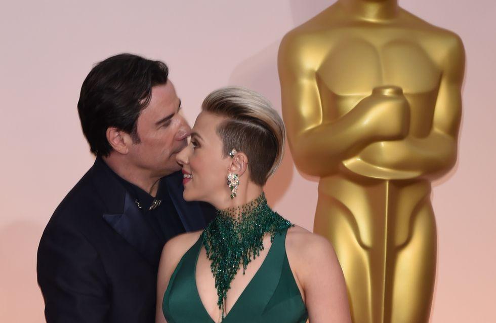 Le baiser gênant de John Travolta à Scarlett Johansson aux Oscars parodié par les internautes (Photos)