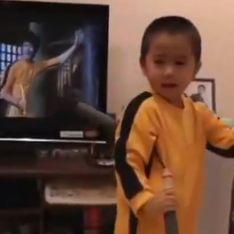 Video/ Il Bruce Lee di 4 anni: questo bambino gioca con le Nunchaku come un vero maestro di arti marziali
