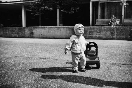 Alexander, 1 Jahr, liebt Autos.