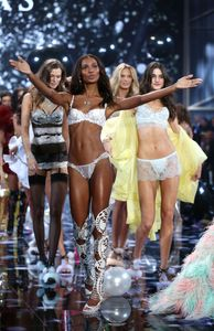 Les Anges de Victoria's Secret défilent.