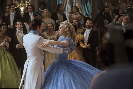 Lily James et richard Madden dans Cendrillon