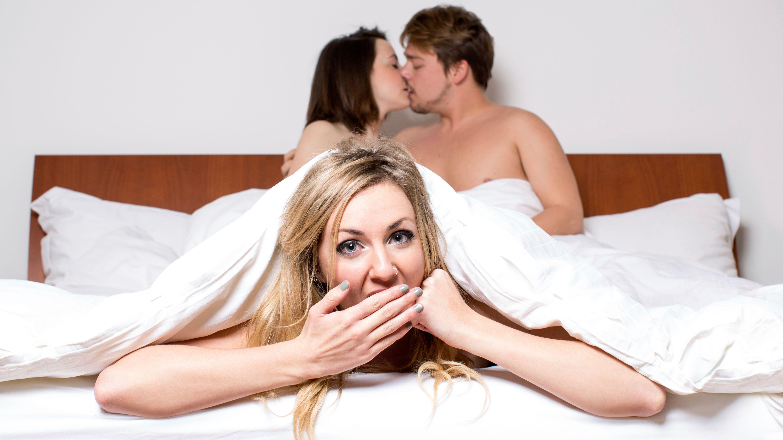 Un couple fraîchement marrié qui baise fort