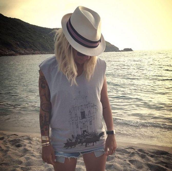 Alizée et son bras couvert de tatouages