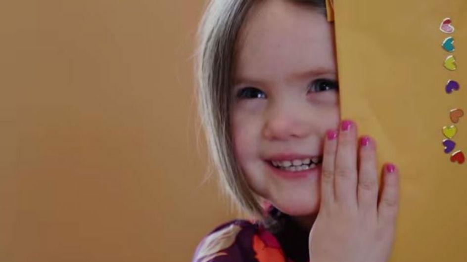 Menina de 3 anos doa cabelo e derrete corações