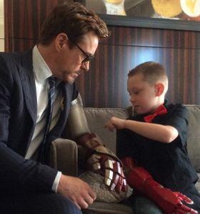 Robert Downey Jr. insieme al piccolo Alex
