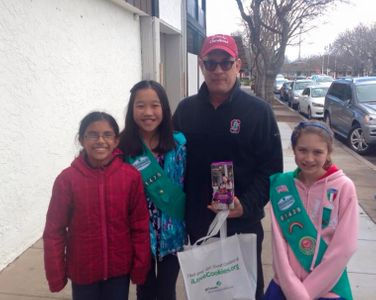 Tom Hanks insieme alle girl scout