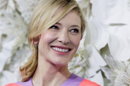 Cate Blanchett souriante.