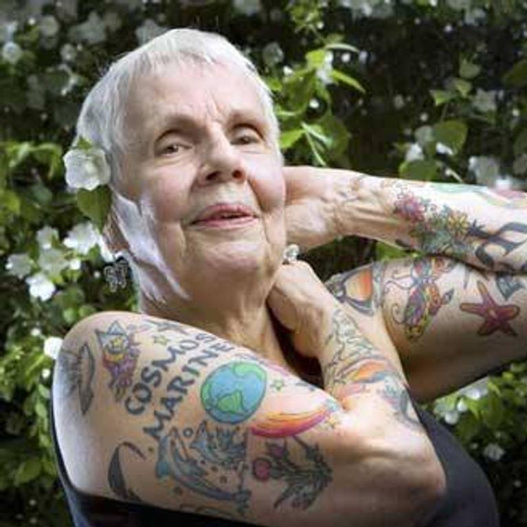 les adolescents nus avec des tatouages séduit par la vraie lesbienne