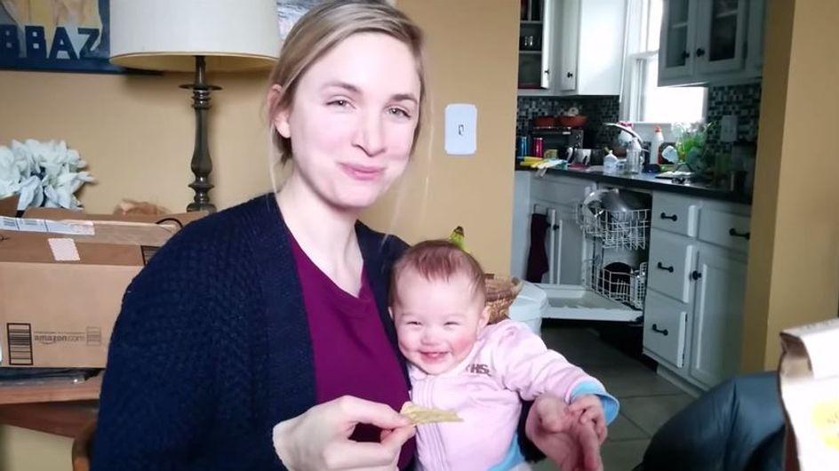 Oh mein Gott, wie süß! Dieses Baby lacht sich dank Mamas Snack kringelig