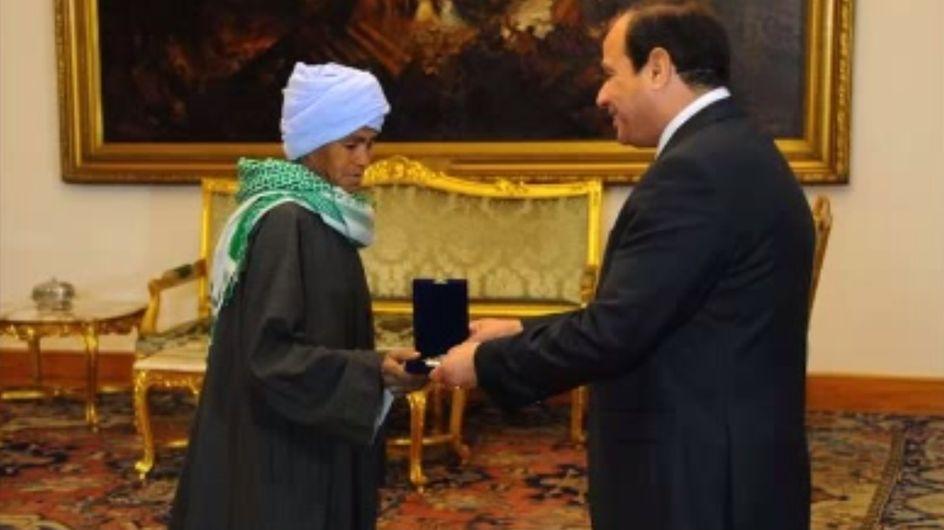 Une Egyptienne récompensée après s'être travestie pendant 43 ans pour travailler