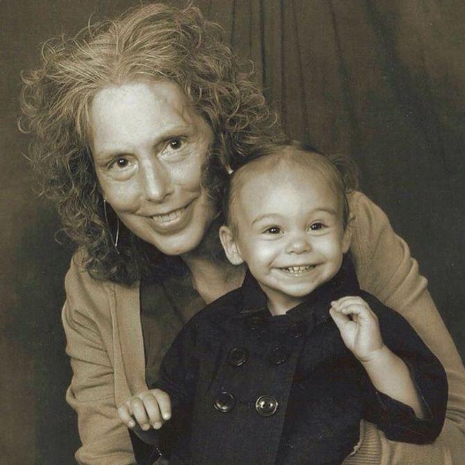 Alex (ca. 1 1/2 Jahre) und ihre Großmutter
