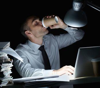 ¿Tu chico es un adicto al trabajo? Toma el control de la situación