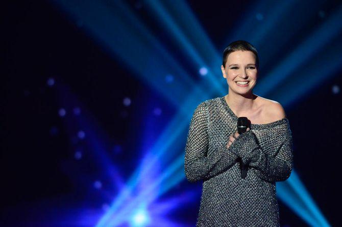 Anne Sila sur la scène de The Voice.