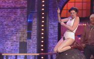 Anne Hathaway se prend pour Miley Cyrus dans une parodie déjantée de Wrecking Ba