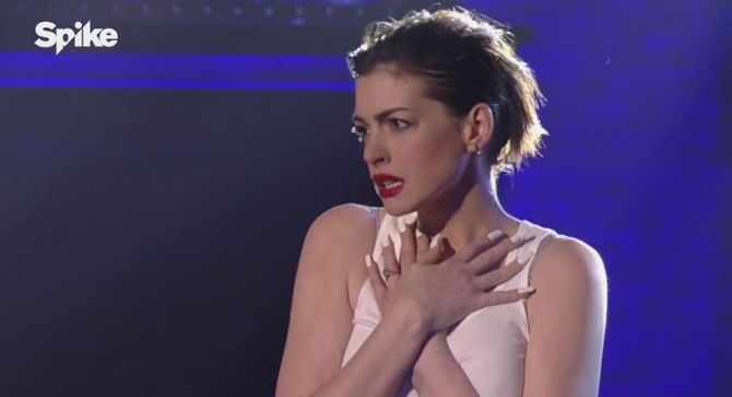 Anne Hathaway parodie Wrecking Ball de Miley Cyrus