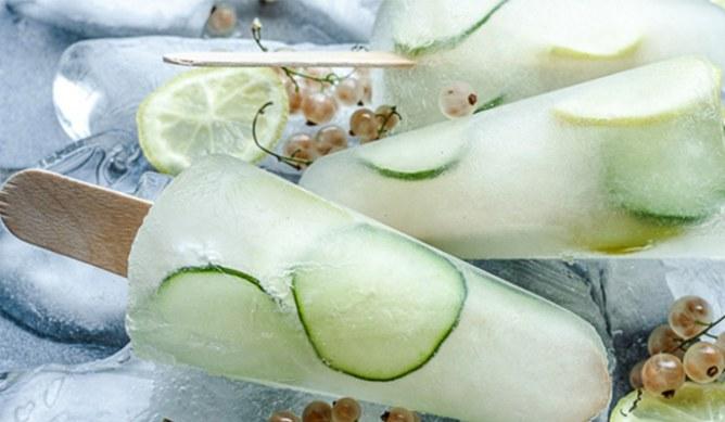 Helados de ginebra, pasas blancas y pepino