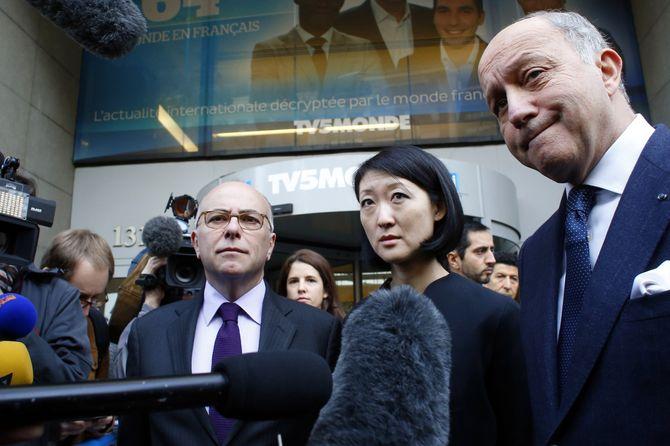 Cazeneuve, Pellerin et Fabius devant le siège de TV5 Monde