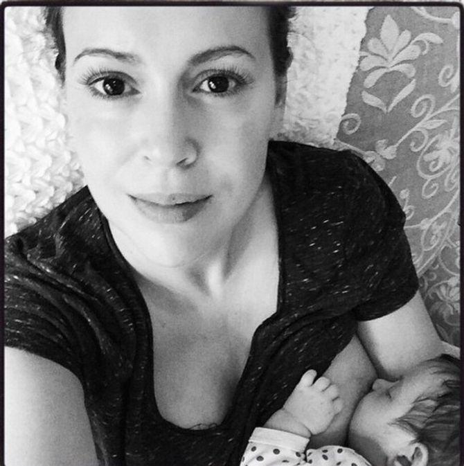 Alyssa Milano en train d'allaiter sa fille