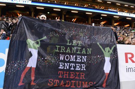 Soutien de supporters aux femmes iraniennes