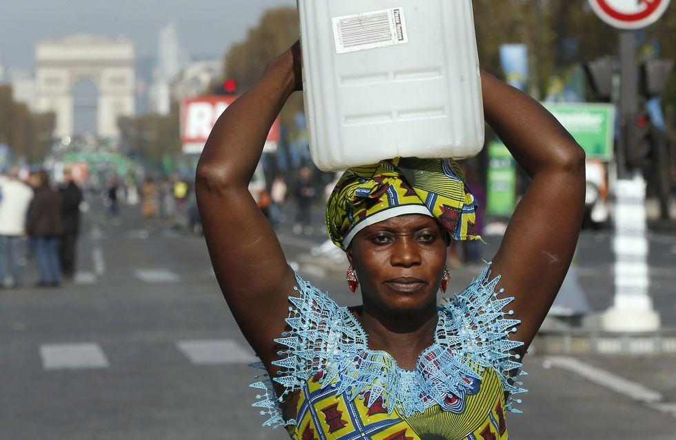 Une Gambienne participe au marathon de Paris un bidon sur la tête pour un meilleur accès à l'eau