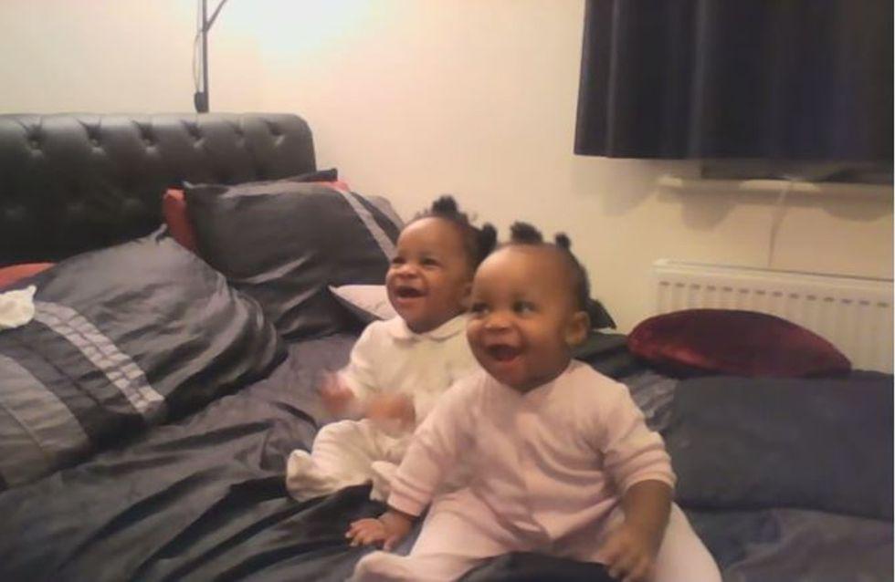 Ces adorables jumelles dansent de joie en entendant leur maman chanter