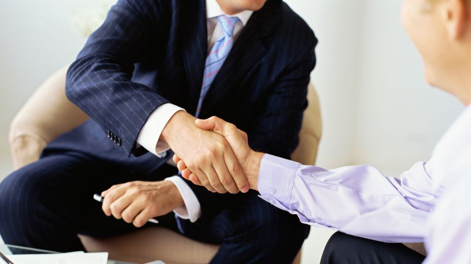 Un patron réduit considérablement son salaire pour augmenter celui de ses employés