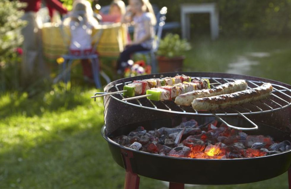 8 accessori per un perfetto barbecue party: dalla pinza multifunzione, alla pistola spara-salse