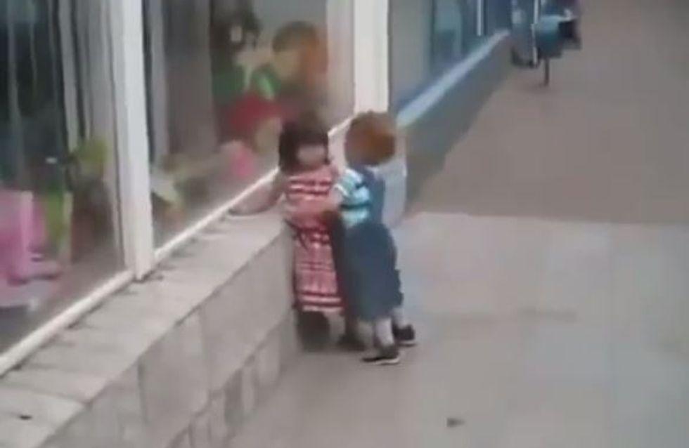 Ce petit garçon essaie d'embrasser une fillette, mais elle n'est pas vraiment d'accord...