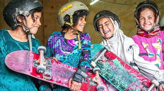 Privées de vélo, ces petites Afghanes font du skake
