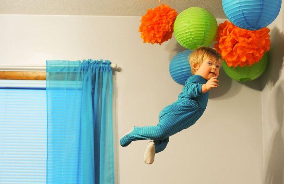 """Ce papa fait """"voler"""" son bébé trisomique dans une série de photos drôles et émouvantes"""