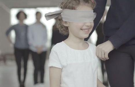 Les yeux bandés, un enfant reconnaît-il sa maman ?