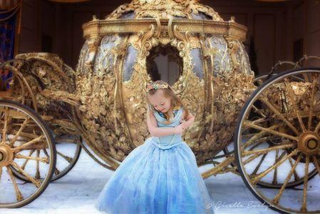 Cette fillette adore se déguiser en princesse Disney