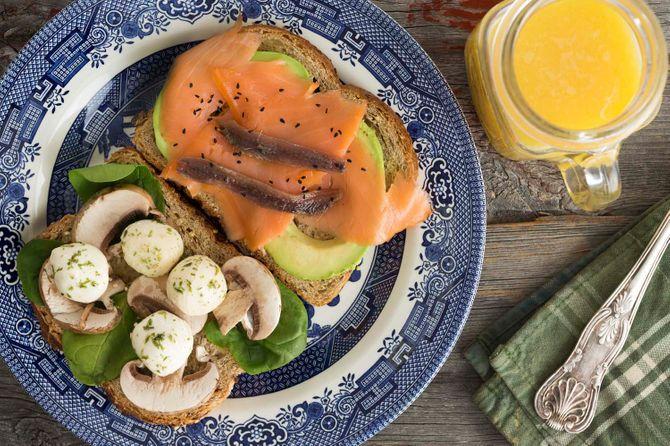 Tosta de salmón y champiñones