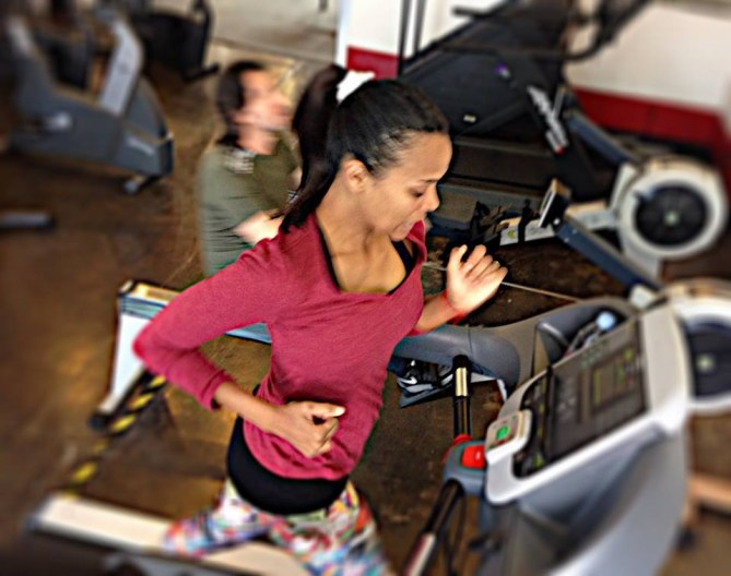 Zoe Saldana en plein exercice