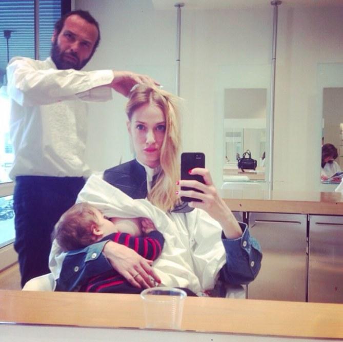 Eva mentre allatta Leo dal parrucchiere