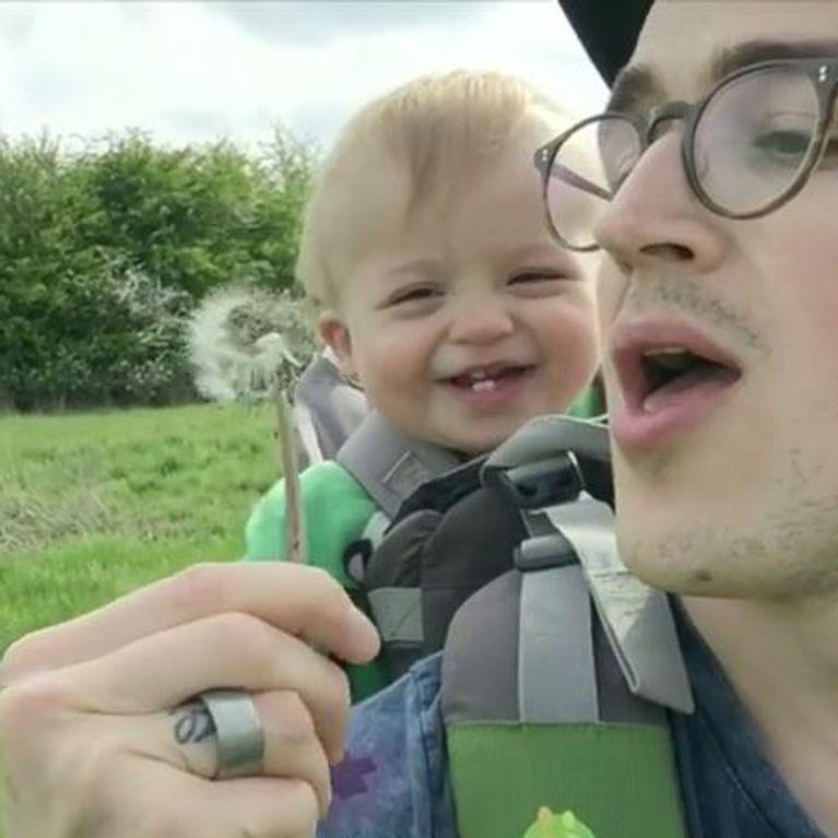 Dieses Baby Findet Pusteblumen Zum Schießen Komisch
