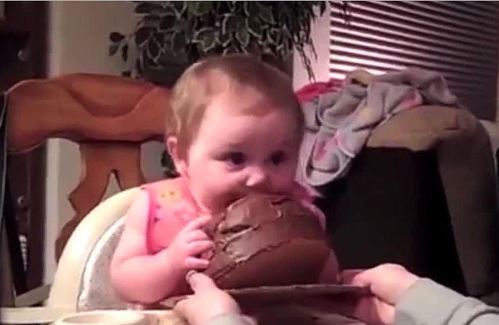 Cet adorable bébé goûte du chocolat pour la première fois...