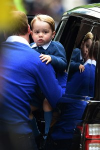 Le prince George arrivant à l'hôpital St Mary