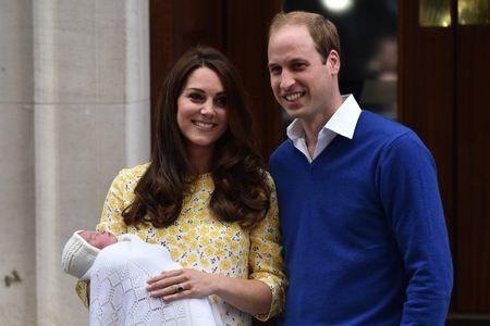 Kate Middleton avec le prince William et leur fille à la sortie de la maternité