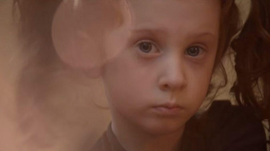 Nach ihrer Adoption wird dieses kleine Mädchen ausgesetzt - Was hinter dem Video steckt, ist einfach traurig