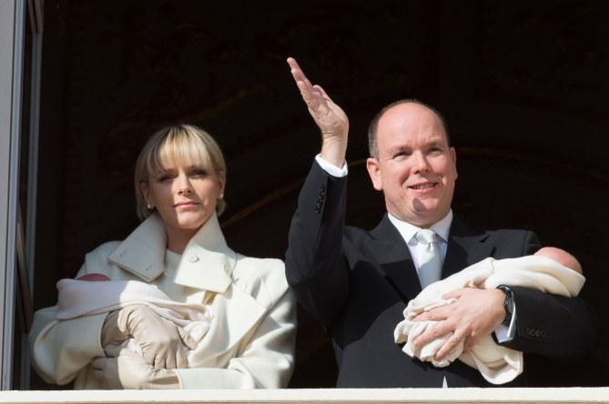 Les jumeaux de Monaco dans les bras de leurs parents
