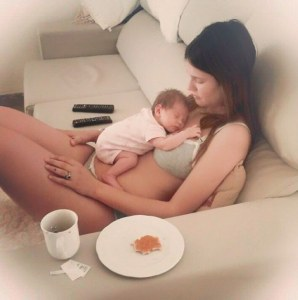 La dolce immagine di Bianca con la piccola Mia