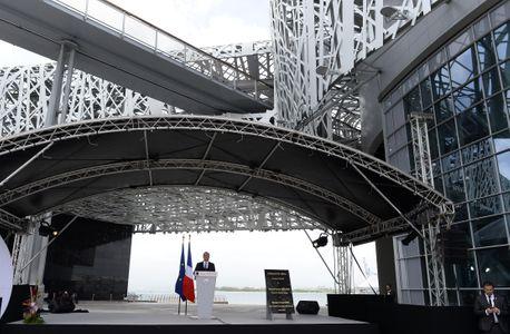 François Hollande devant le mémorial ACTe